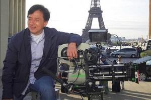 Jackie Chan posant devant la tour Eiffel lors du tournage de Chinese Zodiac Crédit : Bayoo TV