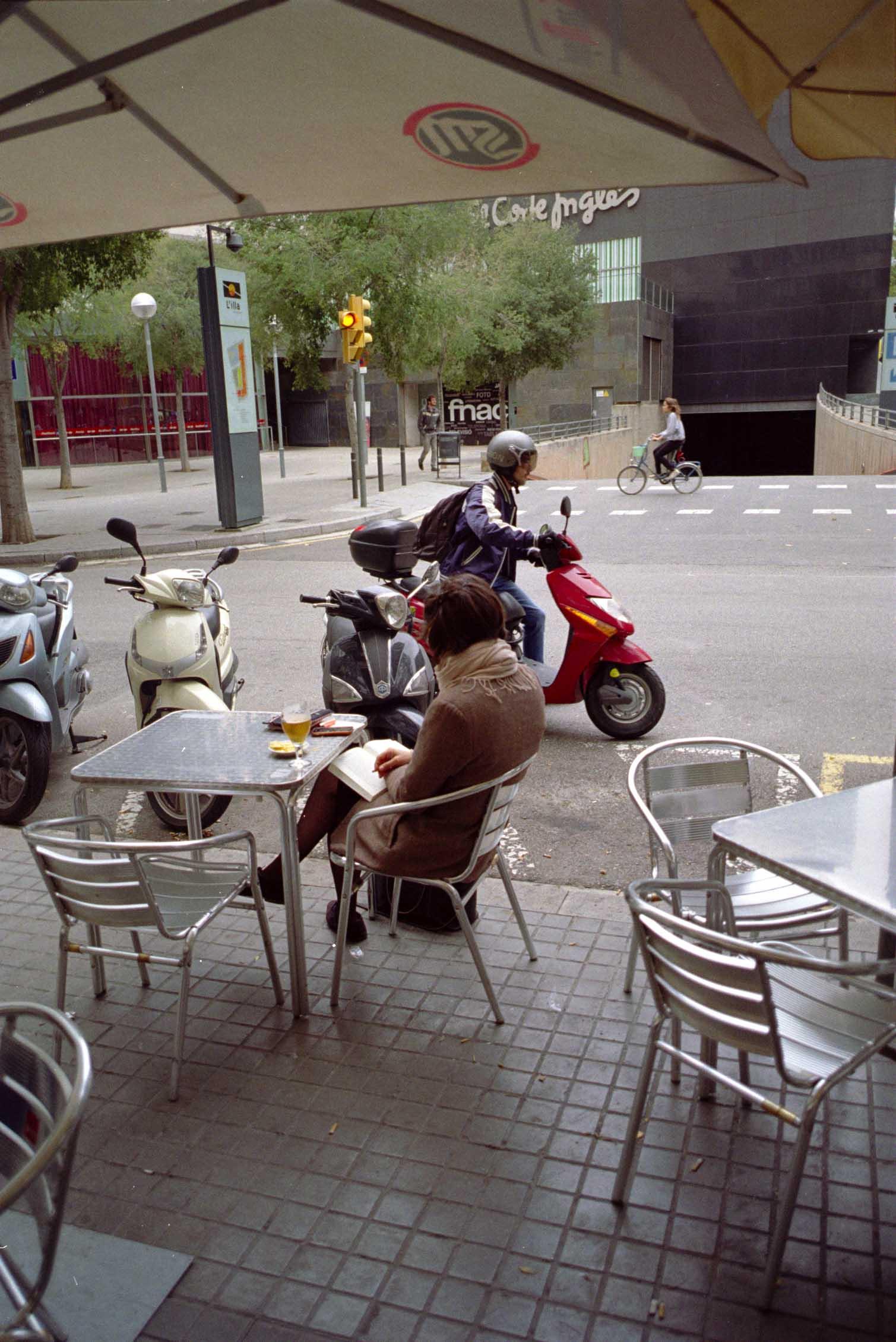 Barcelona, moto, lectora, grandes superficies