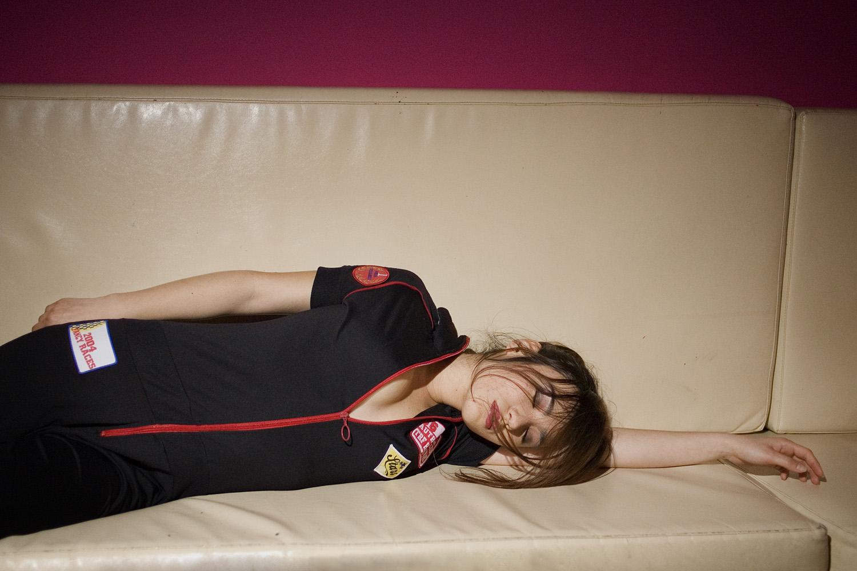 maria_artiaga_03, parches, vestido, sofá