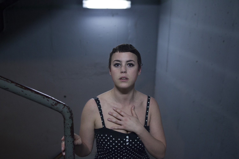 maria_artiaga_04, escaleras, mujer, pelo corto