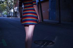 De paseo, vestido arcoiris